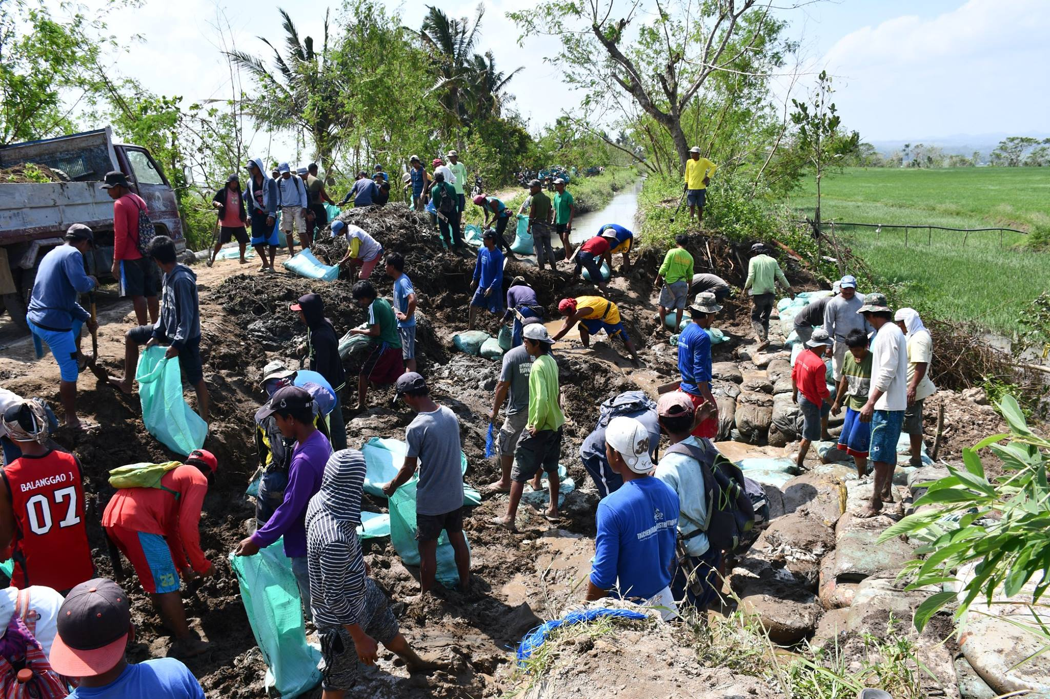 Ipil 1: Matagoan Irrigators' Association of Tabuk, Kalinga together with Kalinga IMO personnel work hand in hand to temporarily restore the washed out irrigation canal of the Upper Chico River Irrigation System (UCRIS). Photo by Agnep Afidchao