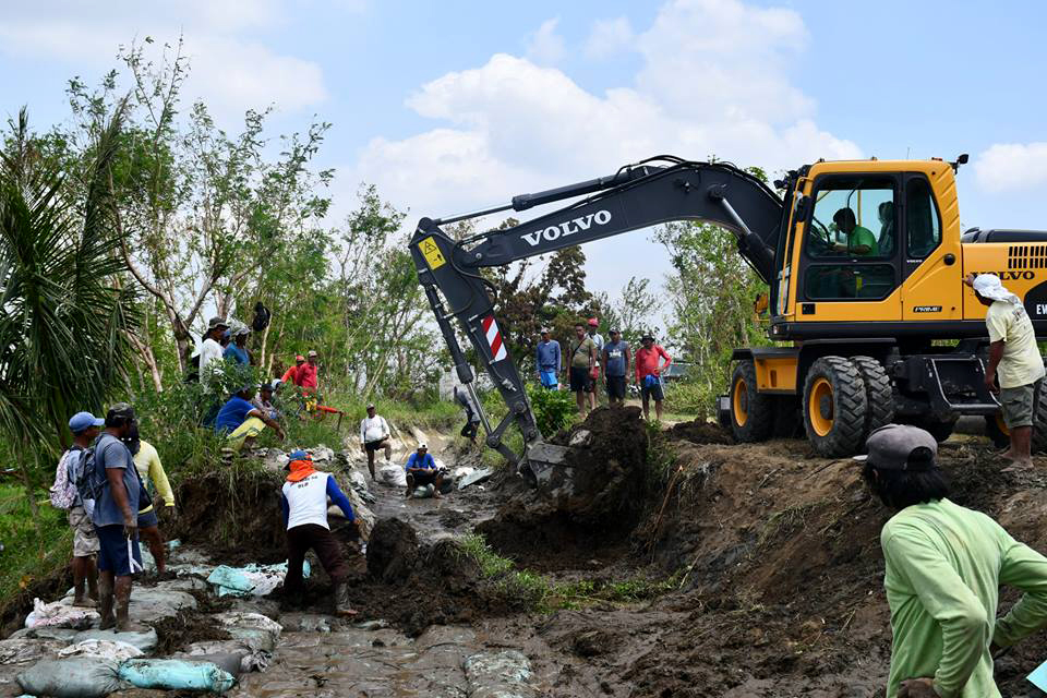 Ipil 2: The brand new backhoe purchased by NIA Central Office arrives in time in Kalinga to augment the restoration of the washed out irrigation canal.