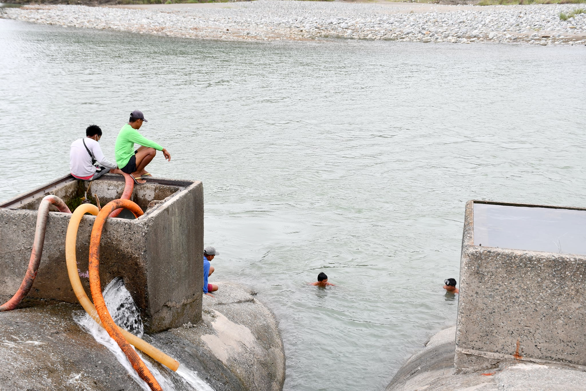 Concerted efforts of the NIA, BFP, IAs and other individuals were evident during the draining of the excess water at the 997-meter siphon barrel in preparation for the reinstallation of the displaced steel plate manhole cover, which was later found after two-day retrieval operation along the vast Chico River. Photo courtesy of NIA Kalinga IMO